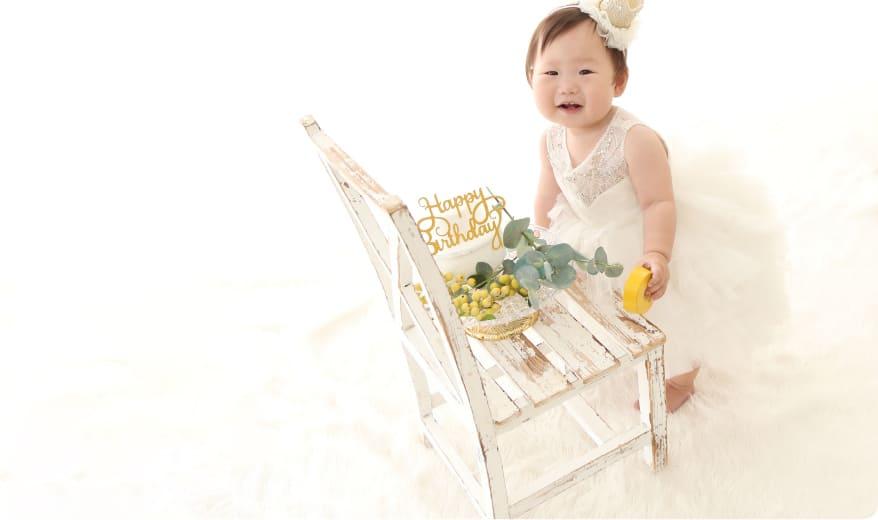 バースデーフォトをとる赤ちゃん