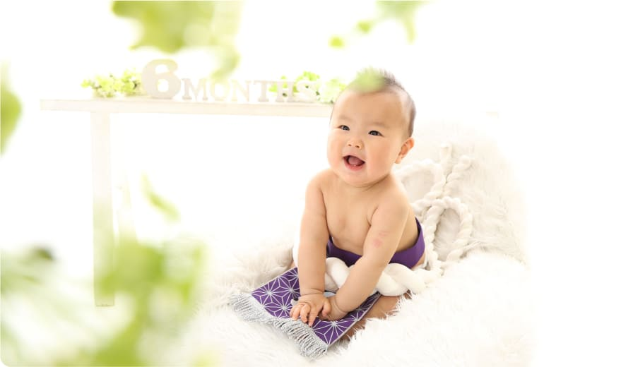ベビーフォトを撮る赤ちゃん