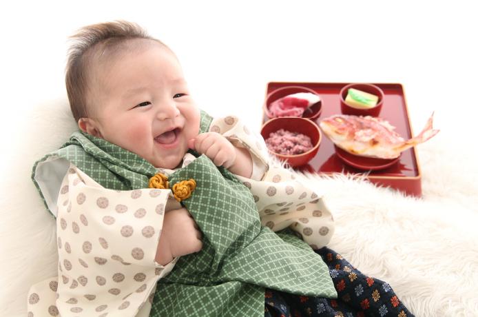 百日祝いの衣装を着た赤ちゃん