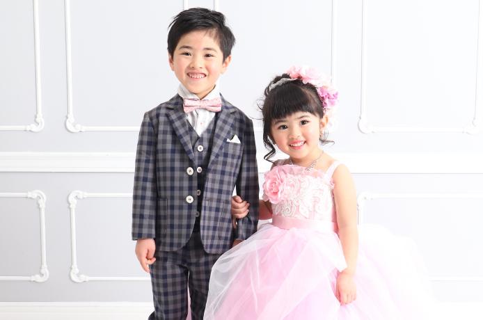 七五三の衣装を着た女の子と男の子