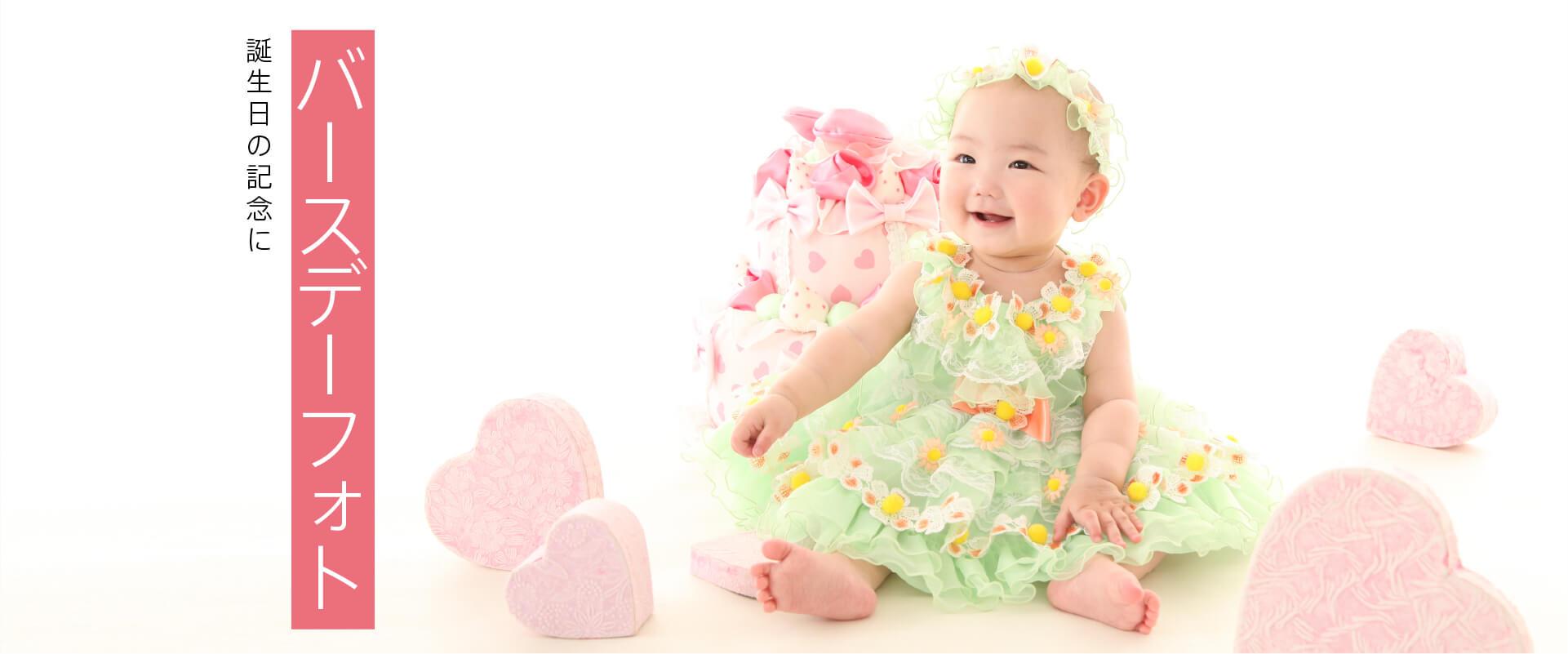 黄色の衣装を着た赤ちゃん