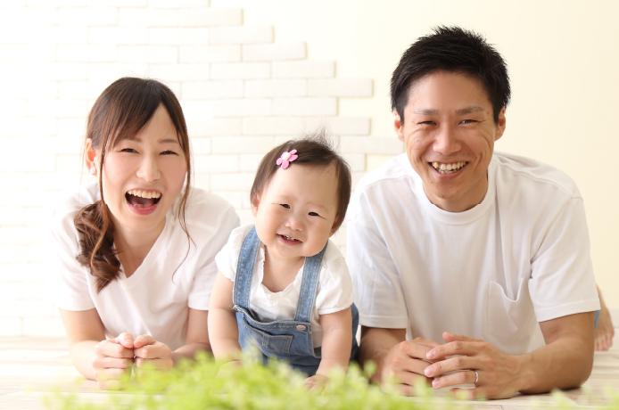 バースデーフォトを撮る家族