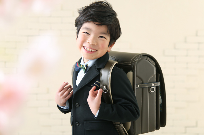 入学の写真を撮る男の子
