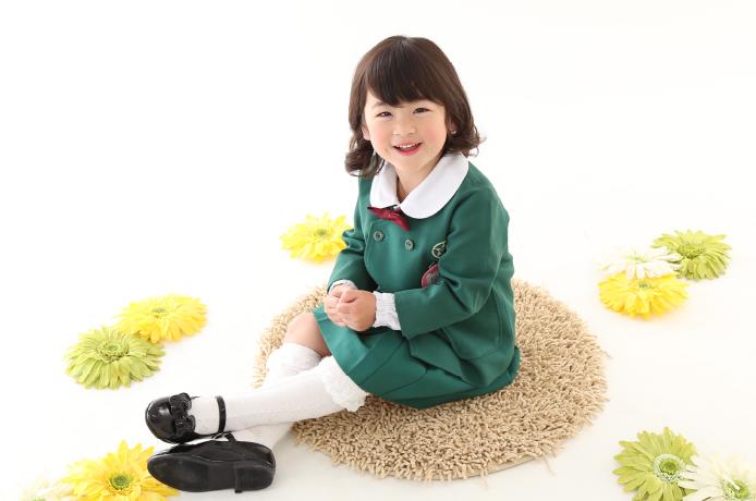 入学の写真を撮る女の子