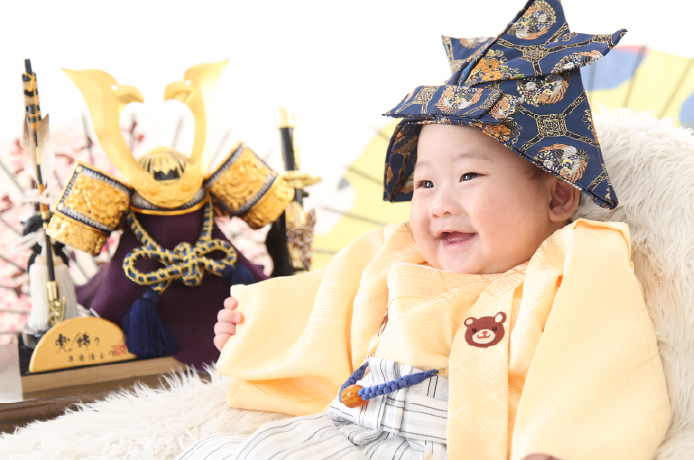 端午の節句の衣装を着た赤ちゃん