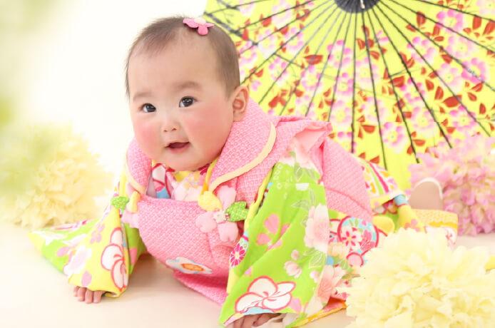 桃の節句の衣装を着た赤ちゃん